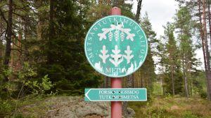 Skylt för forskningsskogen i Solböle i Bromarv.