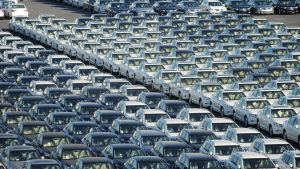 Japanska bilar väntar i hamnen i Yokohama på transport till utlandet.