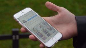 En mobil som scrollar blan bokbilder på Instagram.