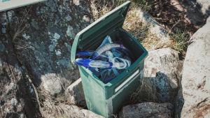 Snorkkeleita postilaatikossa lainattavaksi Dalskär-saaren vedenalaisen veistospolun vierailijoille.