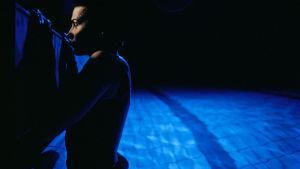 Juliette Binoche uima-altaan reunalla sinisenä hetkenä. Kuva elokuvasta Kolme väriä: Sininen.