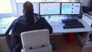 Sjukvårdare Fältledare Miika Hokkanen framför datorer i Kuggen.