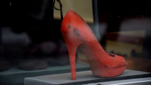 en sko i ett skyltfönster