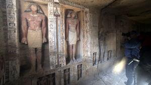 En bild på statuer i en gravkammare.