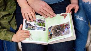 Aleksei katselee lastensa kanssa Nadja-äidin kokoamaan kirjaa.
