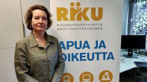 kvinna står framför en roll-up i ett kontor