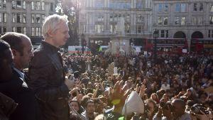 Julian Assange talar vid S:t Pauls Cathedral i London 15.10.2011