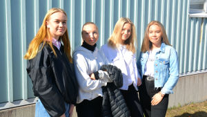 fyra unga kvinnor