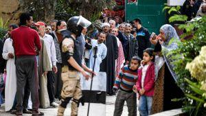 Väljare köar till en vallokal i stadsdelen Shubra, i norra Kairo på lördagen.