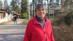 kvinna i röd jacka utomhus