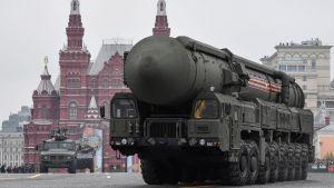 En interkontinental ballistisk robot, RS-24, på Segerdagen i Ryssland 2019.