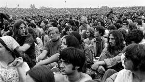 Woodstockin festivaalin yleisömeri vuonna 1969. Kuva dokumenttielokuvasta.