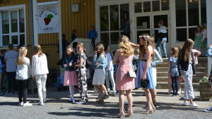 Elever på skolgård på skolavslutning