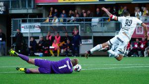 Otso Virtanen hindrar Kulenovic.