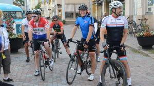 Landsvägscyklister vid infarten till Borgå gamla stad.