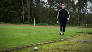 Mikael Kock går mot en kula på Maxmo sportplan.