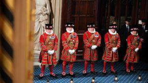 Vakter står utanför parlamentsbyggnaden i London i Storbritannien.