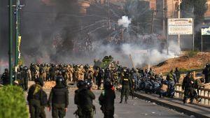 Polisen försöker stoppa demonstranter i Bolivia.