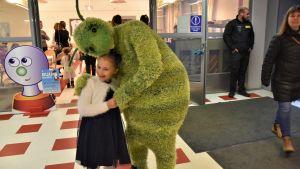 Kusel kramar flicka på Buu-dagen.