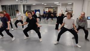 Flickor och pojkar dansar i Hurja Piruetti.