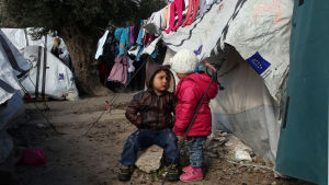 Två barn utanför ett tält på flyktinglägret.