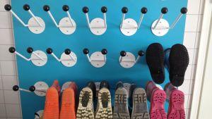 skor som hänger på tork