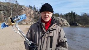 Filmregissören Claes Olsson under Covid-19-tider, den sista veckan i mars 2020 på Lillforsens badstrand vid Vanda å.