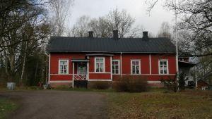 En röd byggnad i Svartå som heter Ekkulla.