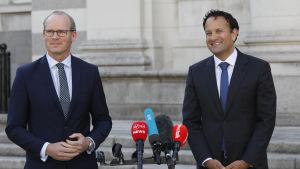 Fine Gaels ledare och den avgående premiärministern Leo Varadkar (till höger) tillsammans med partiets vice ordförande Simon Coveney under en presskonferens den 15 juni.