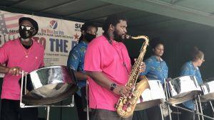 Ett band spelar utanför en vallokal i södra Miami.