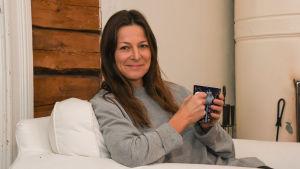 Mia Hafrén njuter av en kopp kaffe