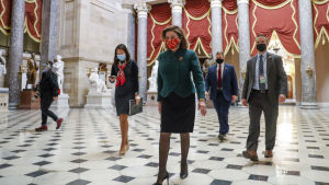 Representanthusets demokratiska talman Nancy Pelosi inför omröstningen om en höjning av coronastödet.