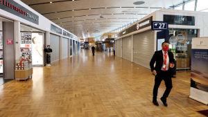 Autiot käytävät Helsinki-Vantaan lentoasemalla koronapandemian aikana.