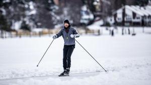 En man skrinnar på isen i Nådendal.