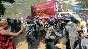 Polisen griper demonstranter i Letpadan i södra Burma.