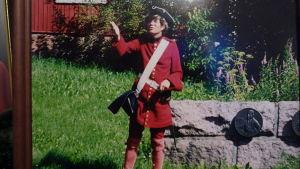 Hans Wikström på gammalt fotogfrafi taget 1995. Hans är utklädd till karolinersoldat. Hälsar välkommen