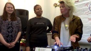 Emma Kemppainen till höger lär ut sina DJ-kunskaper.
