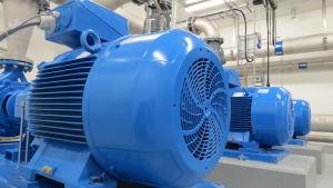 Lågreservoaren pumpar ut dricksvattnen mekaniskt med elpumpar till de åländska hushållen.