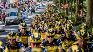 Stor grupp cyklister på väg mot Paris.