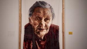 Sanni Weckmans textilporträtt av en gammal kvinna.