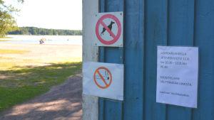 Lapp på boda vid plagen som uppmanar att inte simma