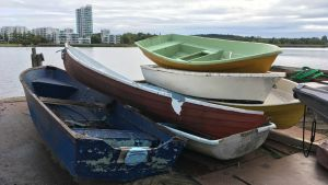 Gamla båtar staplade på varandra.