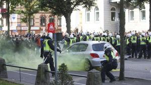 Polisen försöker hålla styr på motdemonstranter i Göteborg.
