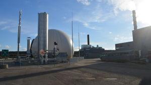 Biogasanläggningen med pipor och gasbehållare.