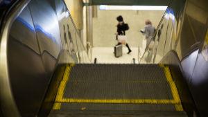 Liukuportaat metroasemalla.