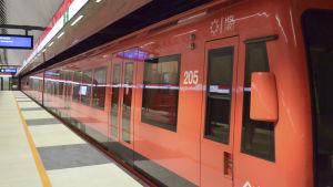 Ett metrotåg vid perrongen.
