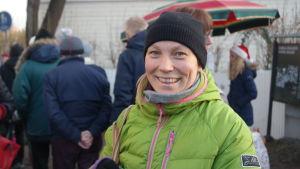 Marjo Paavola i vimlet på julmarknad i Pargas