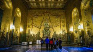 Turister i Blå hallen i Stockholms stadshus, som även tjänstgör som festsal för Nobelbanketten