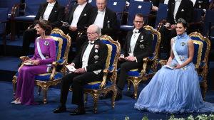 Sveriges kungafamilj under utdelningen av Nobelpriser.