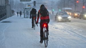 Cyklister i snöoväder.